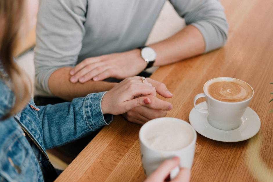 cunoștință femeie cu femeie întâlnește un om pentru comunicare