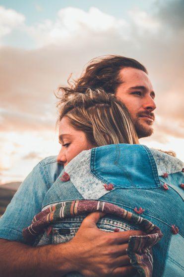 10 motive pentru care bărbații preferă femeile trecute de 40 de ani